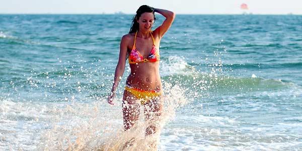 купаться в море с тампоном
