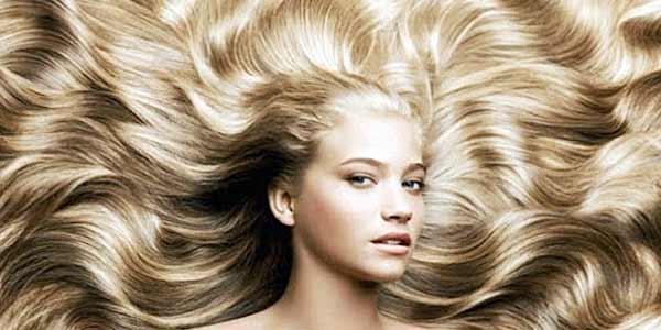 """Шелковистые, сияющие и ухоженные волосы может получить любая девушка лишь при правильном уходе за ними. И в постоянной жизненной суете многие из женщин привыкли ходить в салоны красоты и приобретать готовые средства для волос. Но лишние походы и траты могут гарантировать далеко не идеальный результат. Ведь в составах многих средств для волос содержаться различные химические добавки. Поэтому, чтобы принести целительные свойства и здоровую силу волосам для этого нужно лишь знать некоторые народные рецепты. И сейчас узнаем уникальные рецепты масок для волос, созданные на основе природных трав. <h2>Маска для укрепления и против выпадения волос<h2> Стимулировать рост, обезвредить ломкость и выпадение волос, а также укрепить корни можно с помощью такой маски. Для состава приготовления понадобится: трава мать-и-мачехи и листья крапивы (можно аптечной). <h3>Готовим маску против выпадения и для укрепления волос:</h3> <ul><li>Нужно совместить в посуде две ложки травы мать-и-мачеха и столько же листьев крапивы.</li> <li>Следом заливаем травы небольшим количеством кипятка.</li> <li>Даем настояться и остыть настою.</li></ul> После процеживаем и втираем настой в корни волос массажными движениями. Оставший настой можно нанести по всей длине волос. Оставляем настой-маску на пропитку около одного часа. Спустя отведенное время маску смываем теплой водой без шампуня. <div class=""""video""""><iframe width=""""560"""" height=""""315"""" src=""""https://www.youtube.com/embed/r6pcaprzcGc"""" frameborder=""""0"""" allow=""""accelerometer; autoplay; encrypted-media; gyroscope; picture-in-picture"""" allowfullscreen></iframe></div> <h2>Маска против жирного блеска волос</h2> Женщинам, страдающим от жирности локонов и жирного блеска, рекомендуется данный рецепт маски. Он поможет устранить блеск и поспособствует избавить локоны от сального состояния. <h3>Готовим маску от жирного блеска волос:</h3> <ul> <li>В чистую чашу поместить ложку свежей (либо аптечной) измельченной полыни. К ней добавить ложку дубовой коры и мелко измельче"""