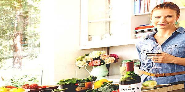 Женщина готовит на кухне фото