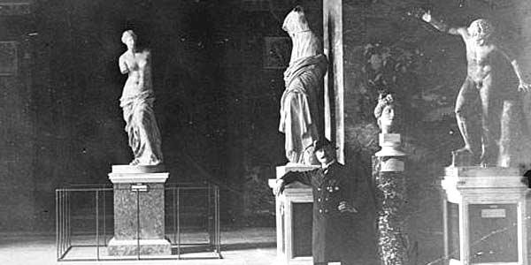 Статуя Венеры Милосской в Лувре в Париже, фото примерно 1930 года