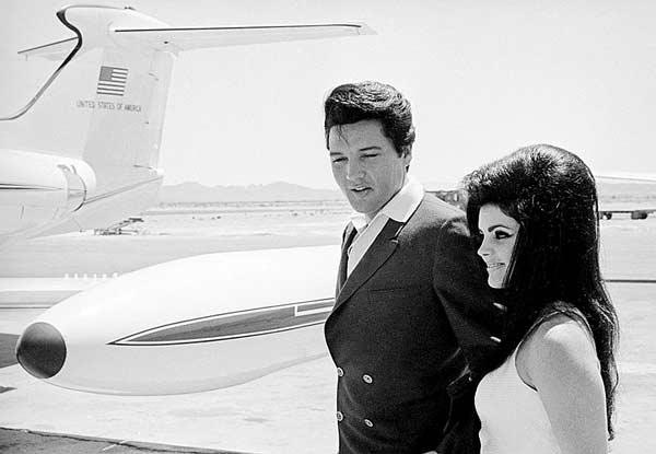 Элвис и Присцилла Пресли не трапе самолета